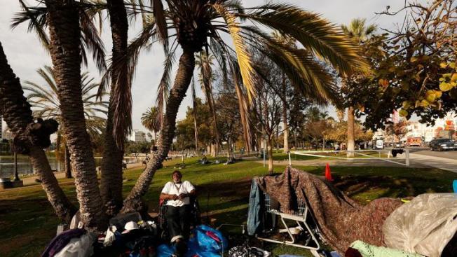 鄰近洛杉磯市中心的MacArthur Park,是洛市遊民大本營之一,其公廁既髒又亂,不忍卒睹。(取材自洛杉磯時報)