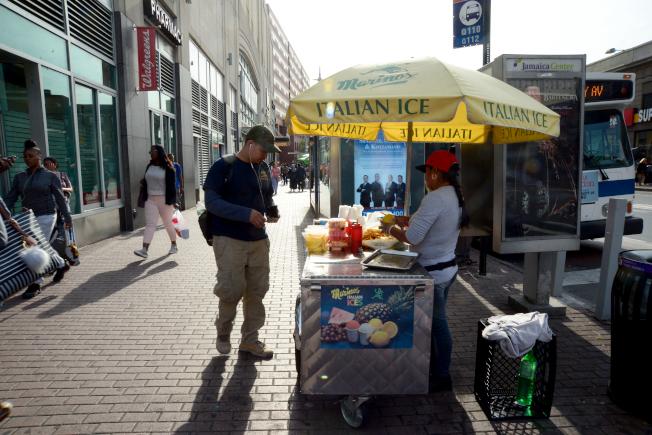 牙買加大道小吃攤吸引路人駐足光顧。(記者許振輝/攝影)