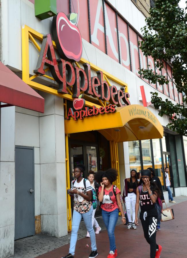 牙買加大道幾乎全是連鎖快餐店,高檔餐廳只有161-21號的Applebees。(記者許振輝/攝影)