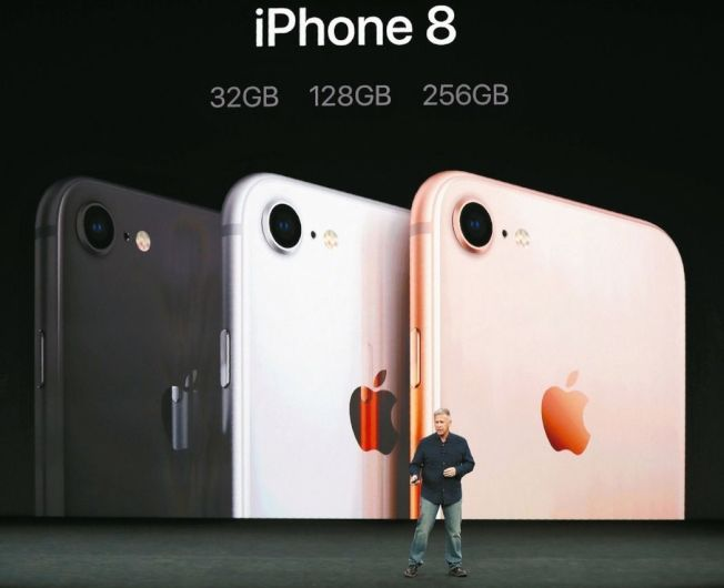 蘋果除了在發表會中推出iPhone X,也發表iPhone 8。 (路透)