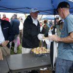 川普視察佛州災區 親自發送三明治打氣