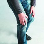 男大生膝蓋反覆腫痛… 僵直性脊椎炎發作