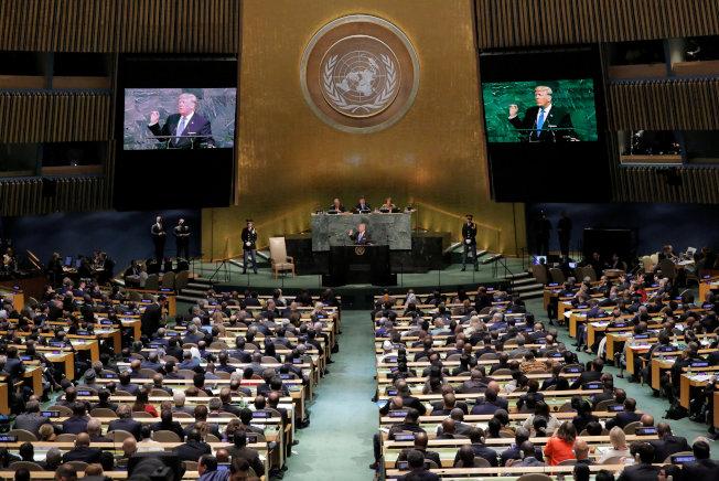 美國總統川普首次在聯合國大會上演講,兩旁的螢幕同步播放。(路透)