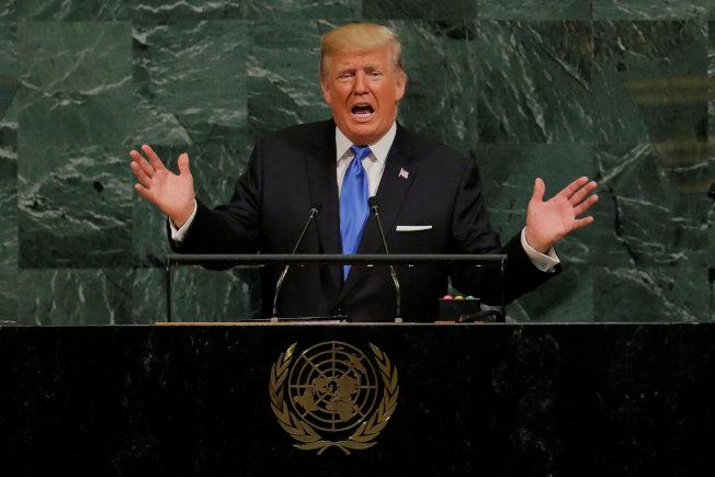 美國總統川普在聯合國大會上首秀,語言及動作都很誇張。(路透)