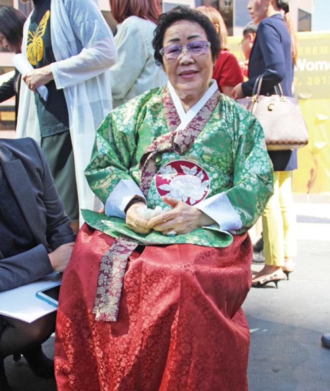 身穿韓國傳統服飾的李容洙,15歲那年被日軍強征為慰安婦。(記者李晗/攝影)