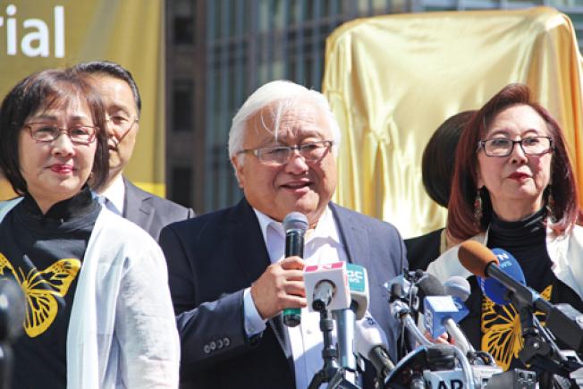 聯邦眾議員本田(Mike Honda)(中)、鄧孟詩(左)和郭麗蓮(右)是建立慰安婦雕像的主要推動者,三人在揭幕典禮上。(記者李晗/攝影)
