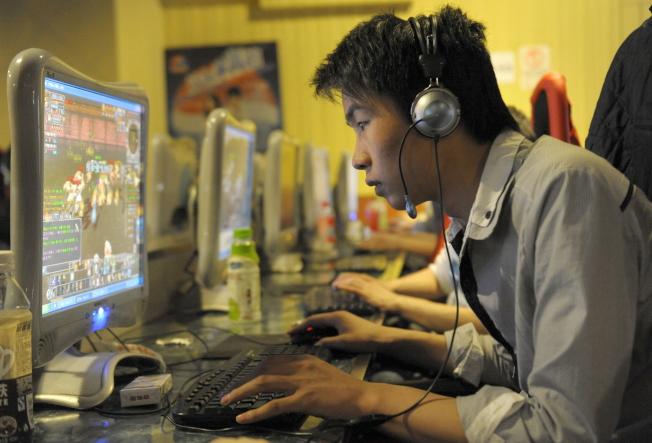 网络游戏人口庞大,消费市场惊人。图为一名玩家在网咖玩游戏。(Getty Images)