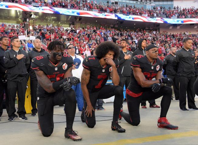 NFL舊金山四九人隊部分球員在賽前唱國歌時,拒不起立致敬。(今日美國報)