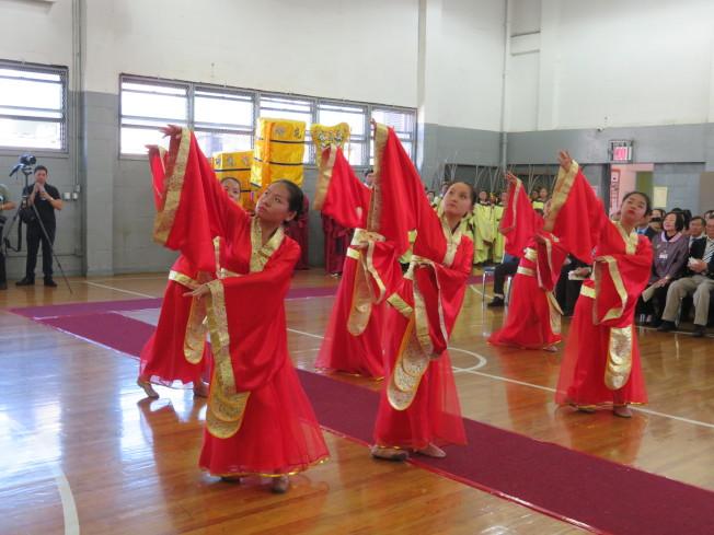 六名身著紅色古典服飾的女孩為大家帶來雅樂舞,舞姿動人。(記者陳小寧/攝影)