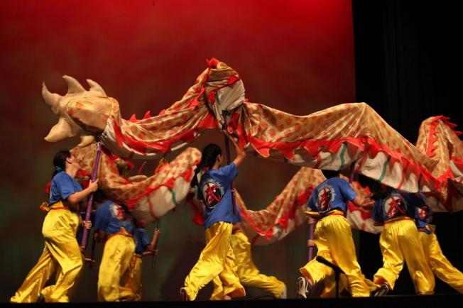 張遠武術團表演「祥龍飛舞」開場。(何轍/攝影)