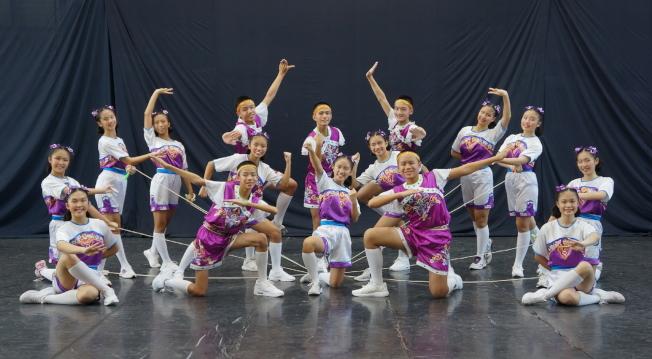 基隆中正國中民俗技藝訪問團跳繩隊。 (黃錦混提供)