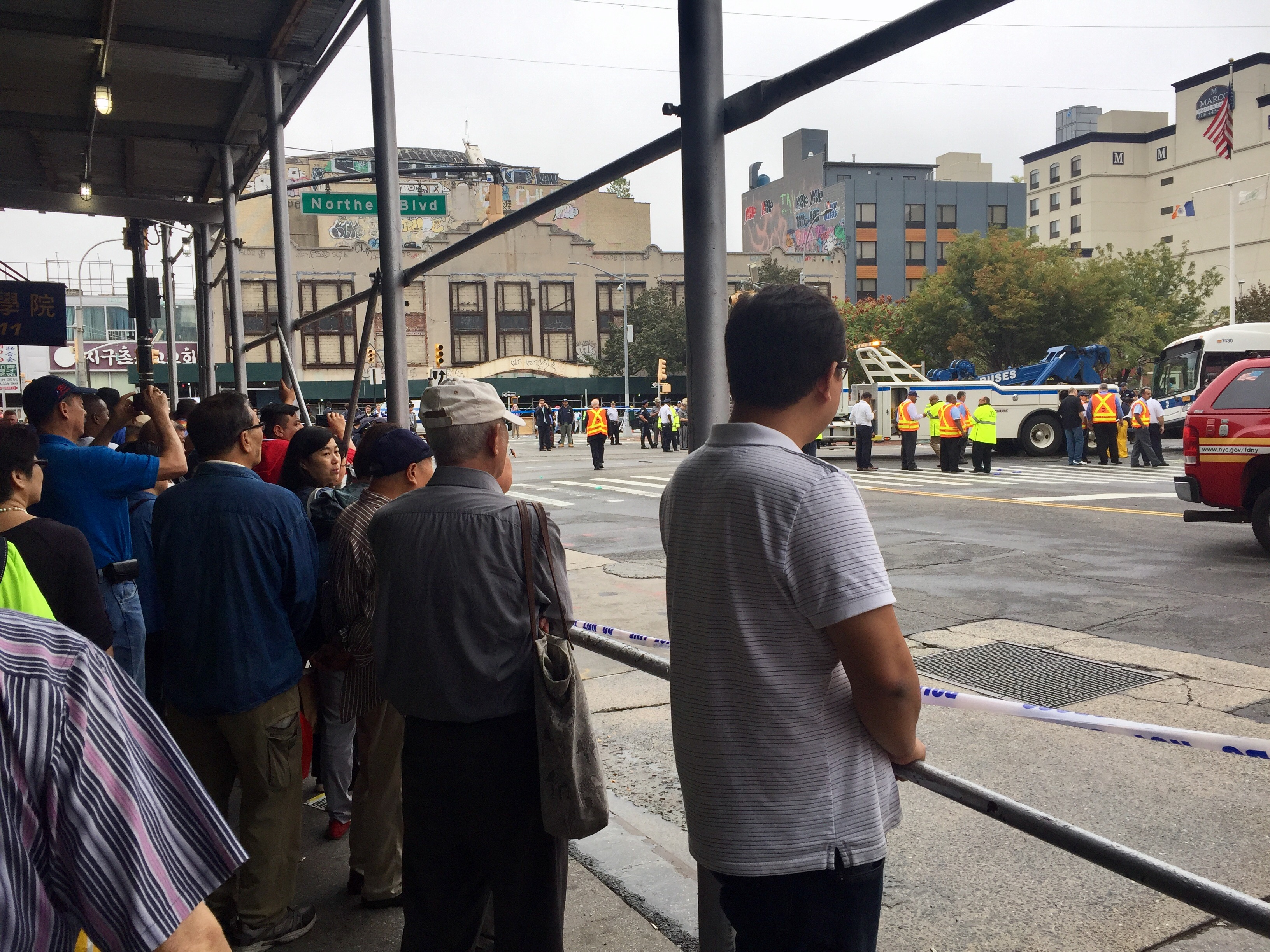 法拉盛發生重大車禍 3死15傷。圖為觀看的民眾。記者朱蕾
