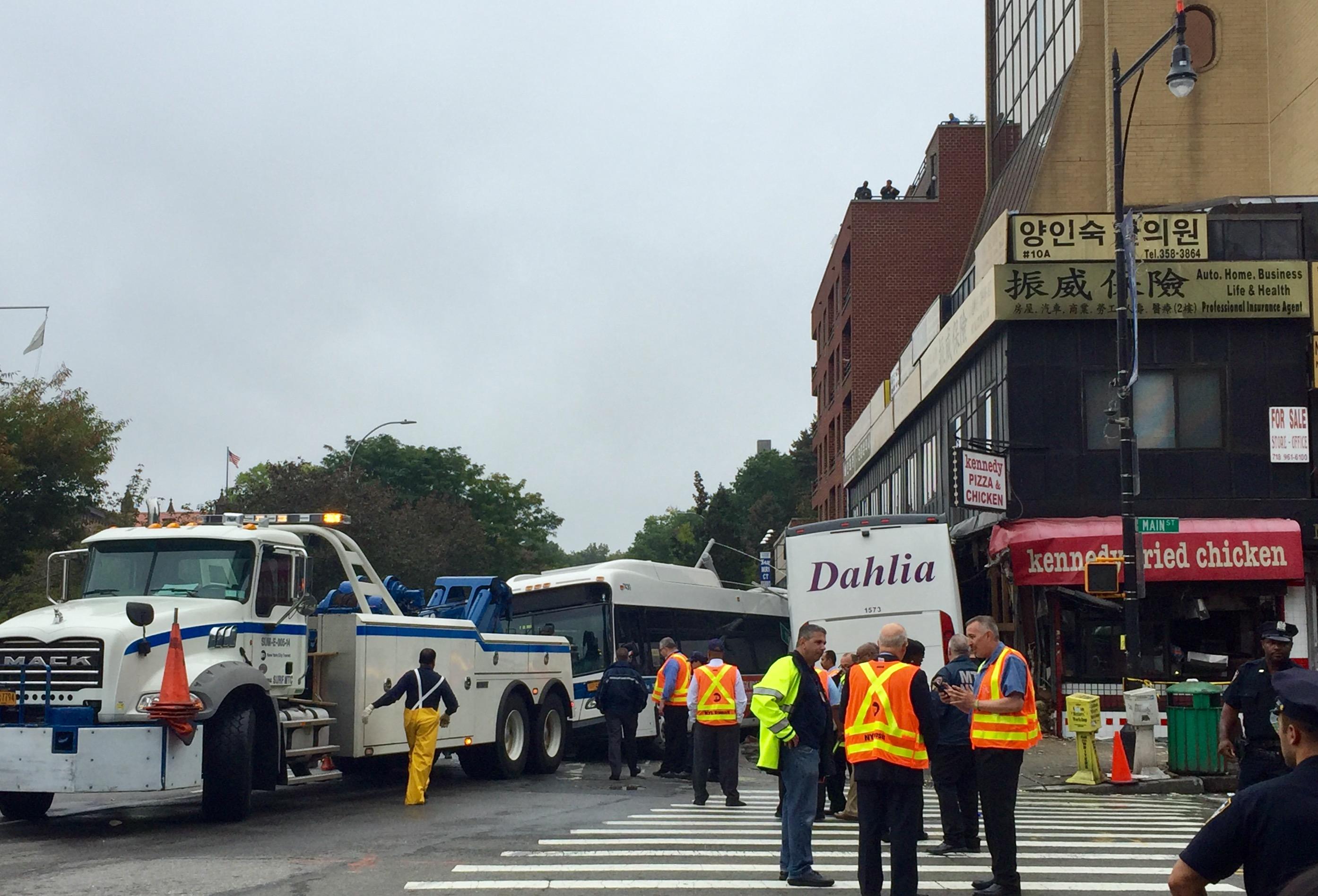 法拉盛發生重大車禍 3死15傷。圖為事發現場。記者朱蕾