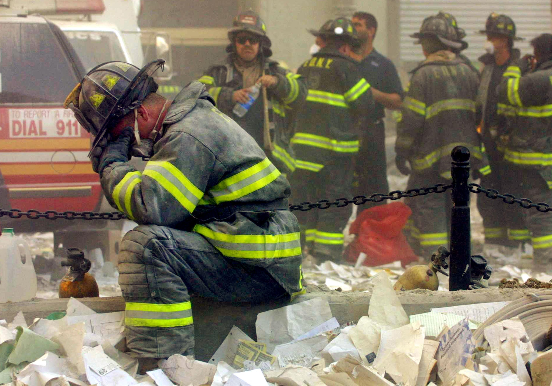 救難人員在2001年9月11日搶救時太過悲傷,在現場掉淚。(Getty Images)
