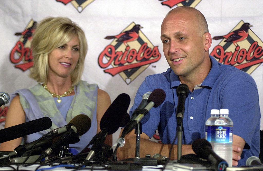 2001年7月19日卡爾與妻子凱莉(Kelly Ripken)一起宣布自己即將退休。(Getty Images)