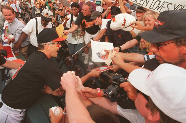 1995年9月6日賽後,卡爾被熱情球迷環繞、簽名。(Getty Images)