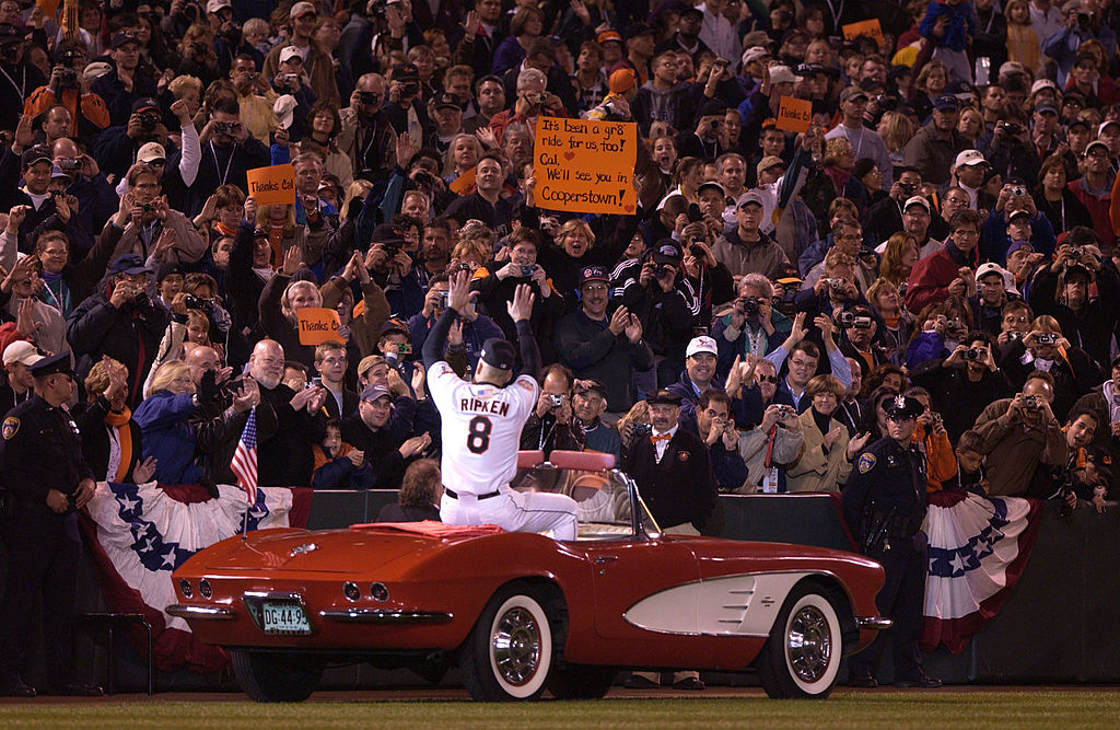 2001年10月6日卡爾打完MLB生涯第3001場球賽,也是最後一場球賽,與球迷揮別。(Getty Images)