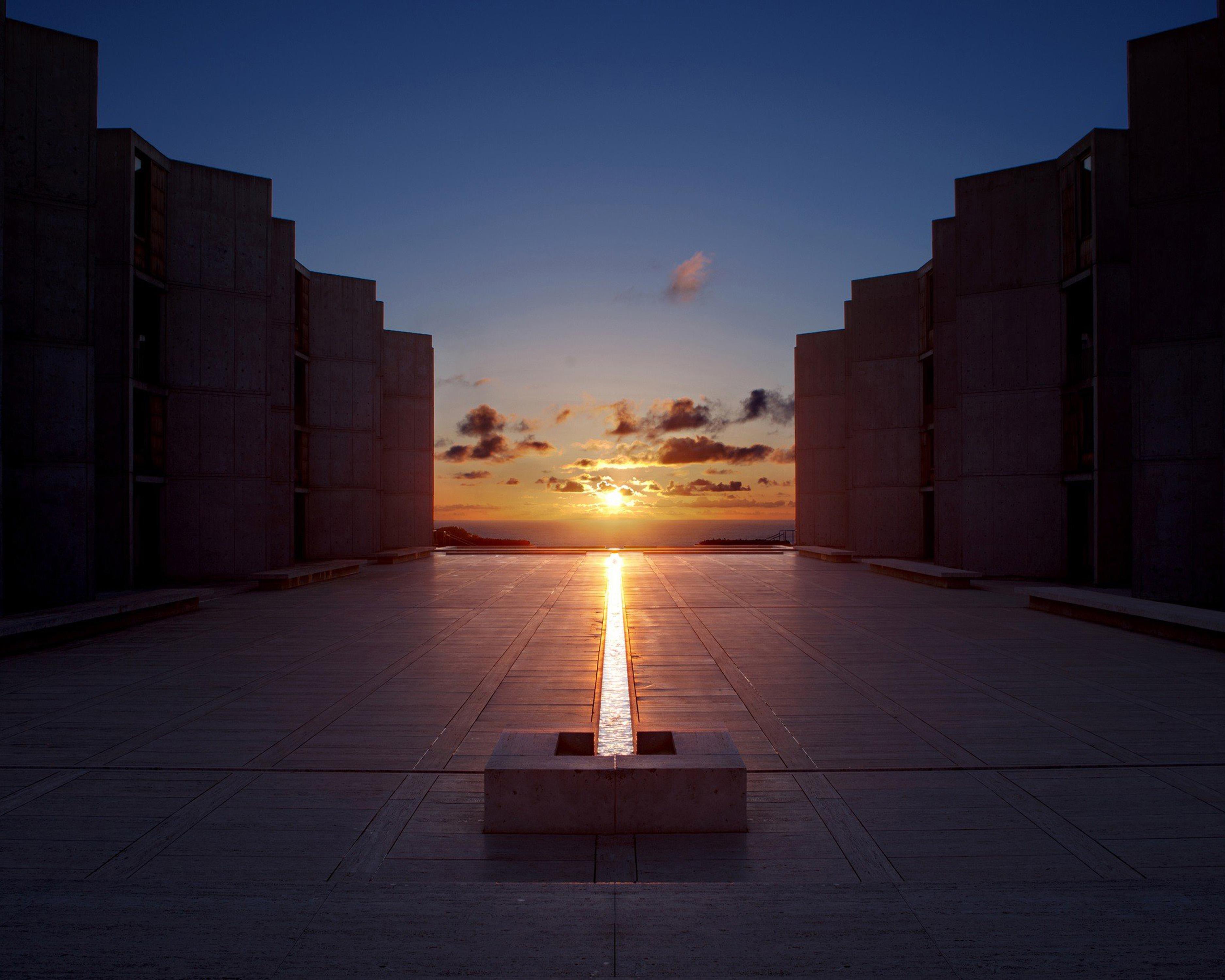 位於加州聖地牙哥的沙克生物研究中心,是美國著名建築師路易斯康的代表作。每年春分和秋分這兩天,夕陽正好直射在名為