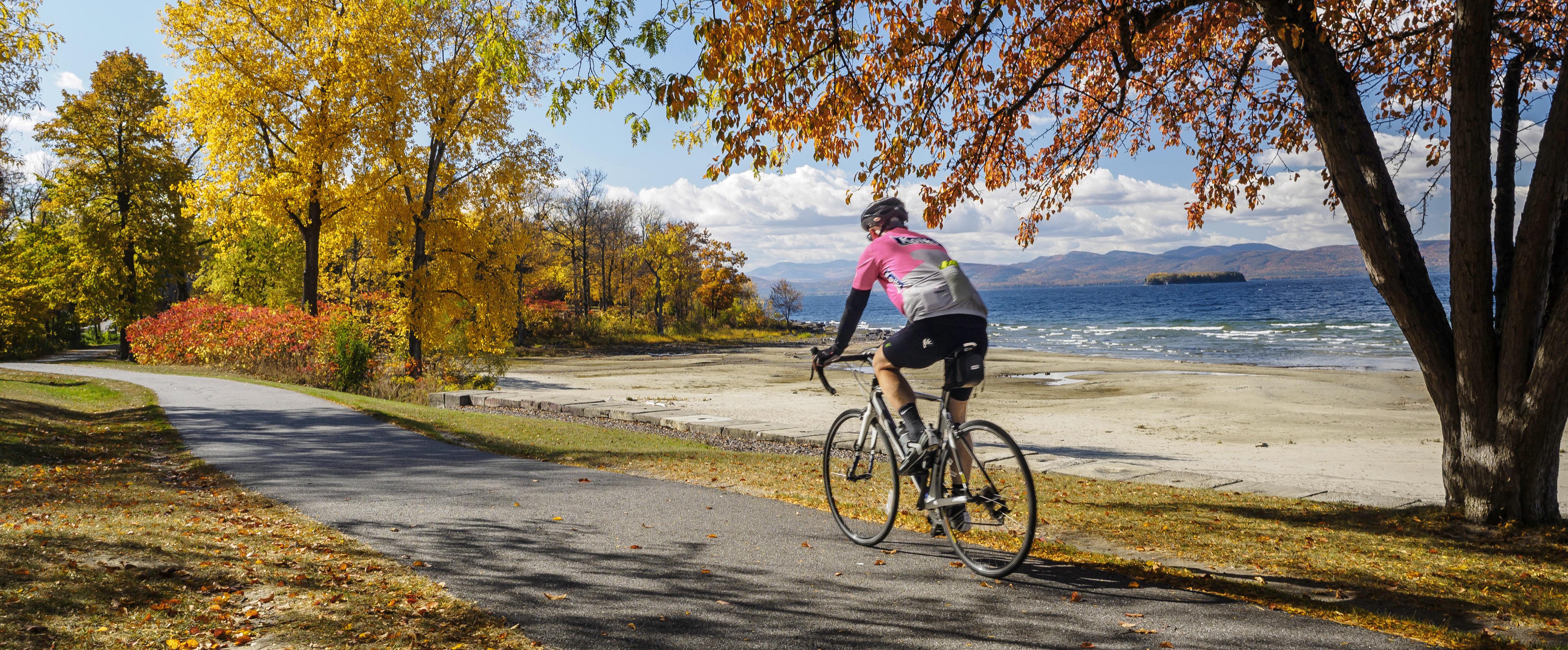 新英格蘭有不少景觀道路,漫步、慢跑或騎單車,都是體驗秋景的健康活動。(美聯社)