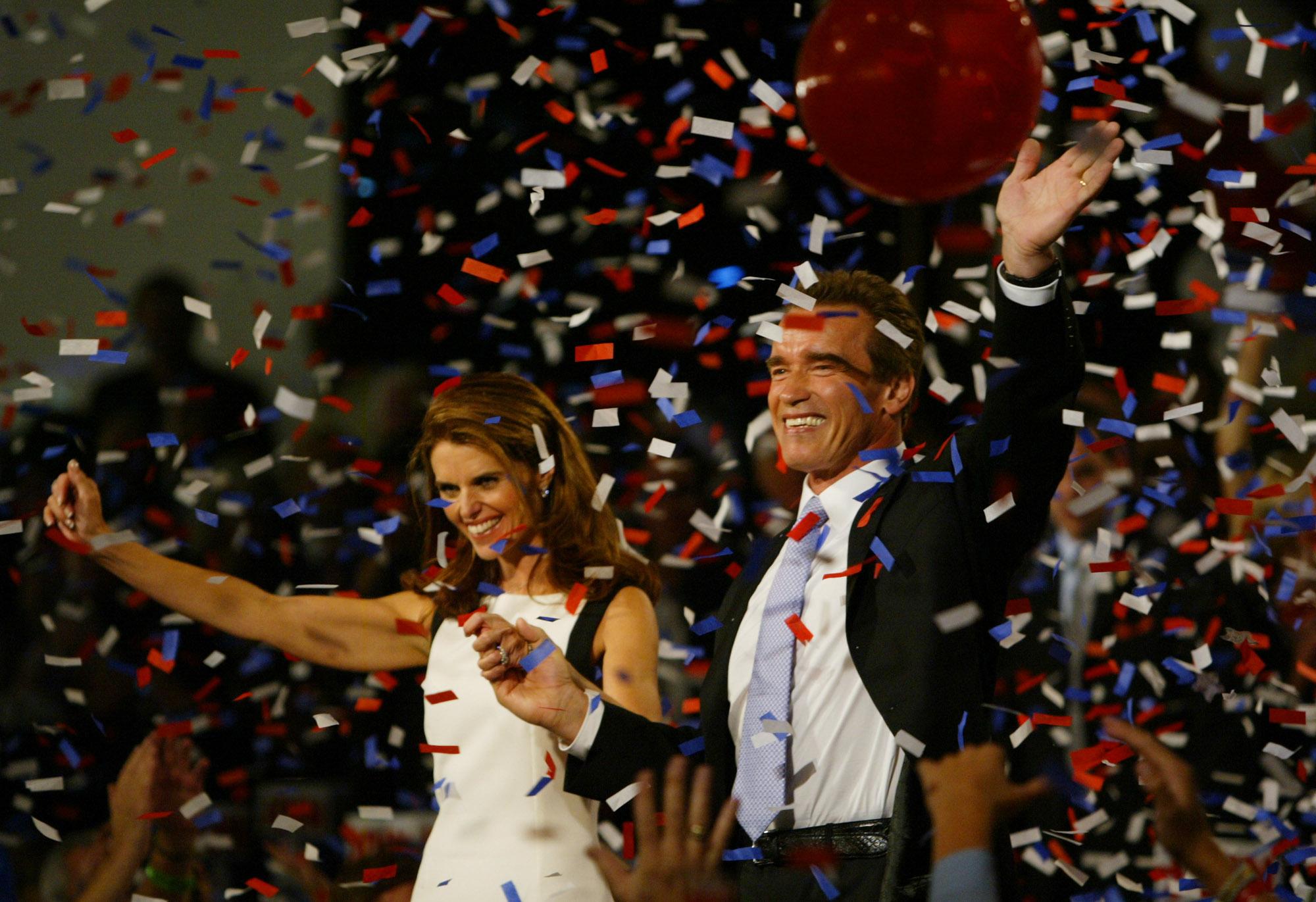 2003年11月7日,阿諾當選加州州長,與妻子瑪麗亞接受支持者祝賀。(美聯社)