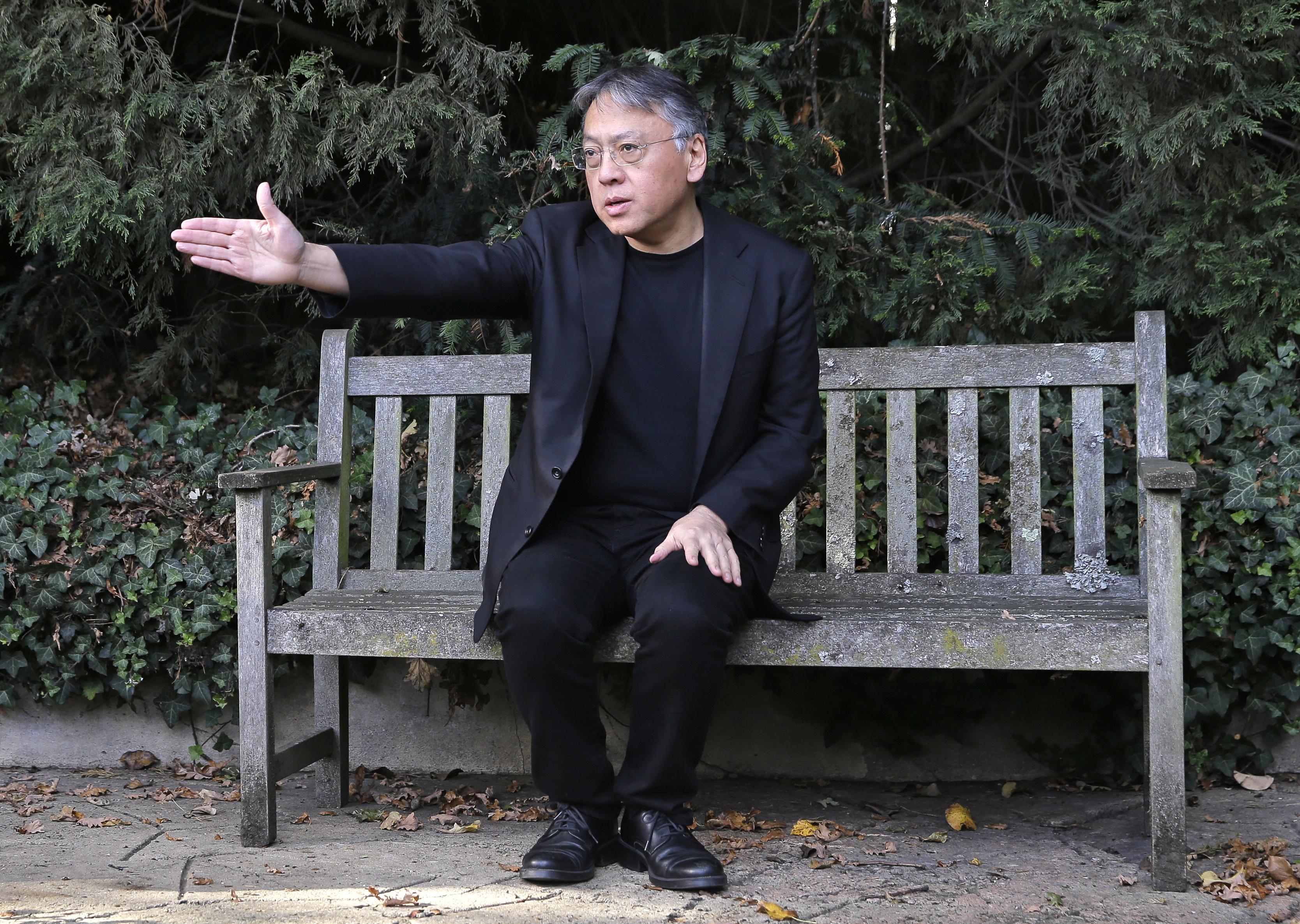 今年文學獎的得主公布後,引起相當的議論,因為是由62歲的英國籍日裔小說家石黑一雄(左)以爆冷的姿態獲得殊榮。石黑一雄雖獲得文學最高榮譽,但對多數日本民眾來說是陌生的名字,知名度難與國民作家村上春樹(右)相提並論。石黑以英文書寫,讀者多為西方人,他的名字使用羅馬拼音Kazuo Ishiguro。(本報資料照)