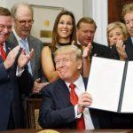 參加白宮簽署儀式 讓他生意一落千丈