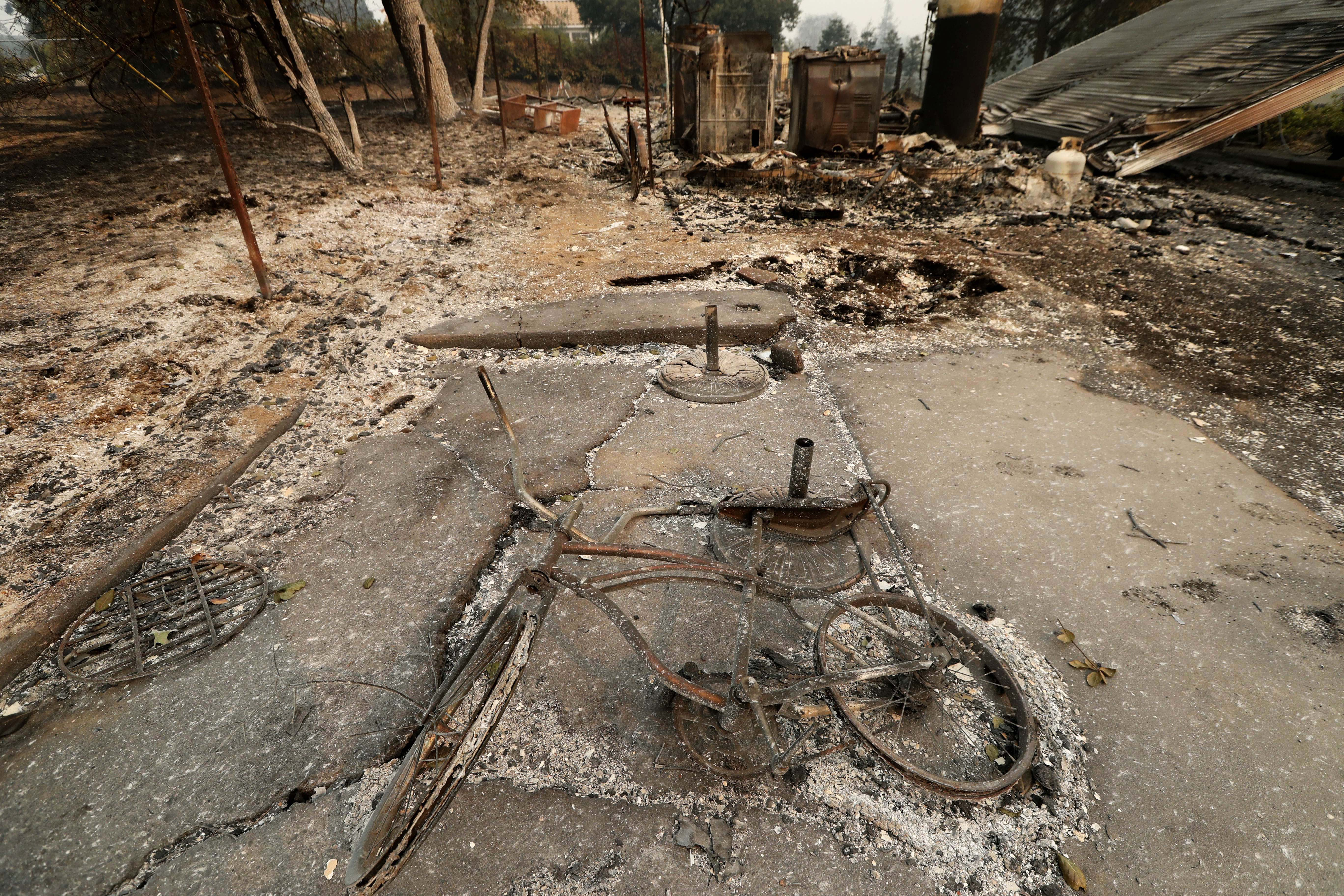 一輛燒得變形的單車,躺在火場,主人已不知去向。( 歐新社)
