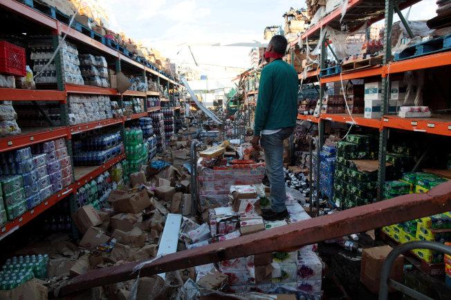 波多黎各一座超市屋頂被颶風吹毀,貨架上堆滿食物,店內一片凌亂。(路透)
