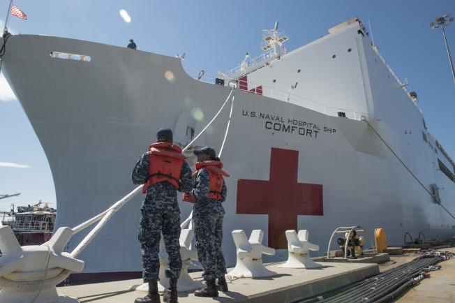美國海軍醫療船「安慰號」離開諾福克港,前往波多黎各救災。(美聯社)圖