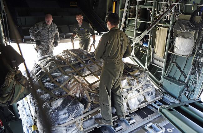 空軍國民兵運輸機載運救濟物資飛往波多黎各。(美聯社)