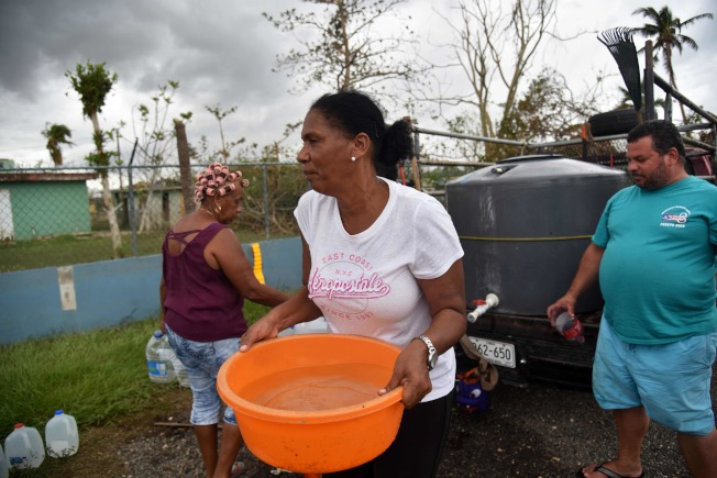 波多黎各自來水中斷,居民到蓄水塔接水。(Getty Images)