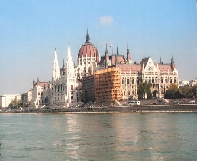 在多瑙河的遊艇上看河畔的匈牙利議會大廈。