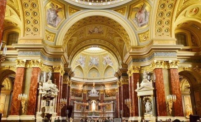 聖史蒂芬大教堂內金碧輝煌。