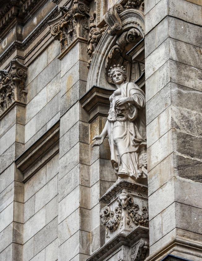 匈牙利國家劇院外牆上雕塑。