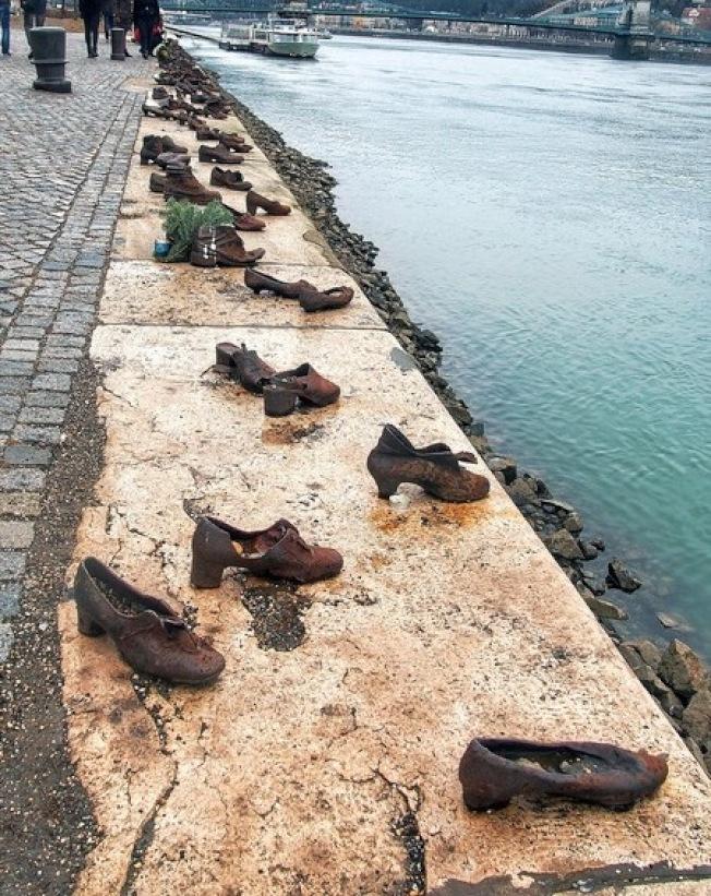 著名雕塑「多瑙河畔之鞋」。