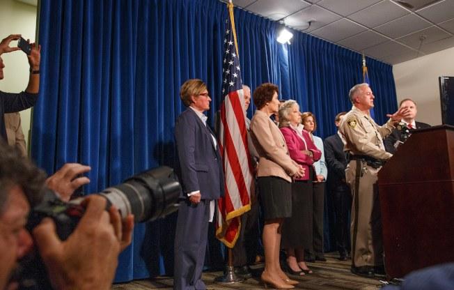 拉斯維加斯市警察局長隆巴度(Lombardo,前)與FBI專案組長Aaron Rouse(右),3日在賭城說明調查進展。(歐新社)