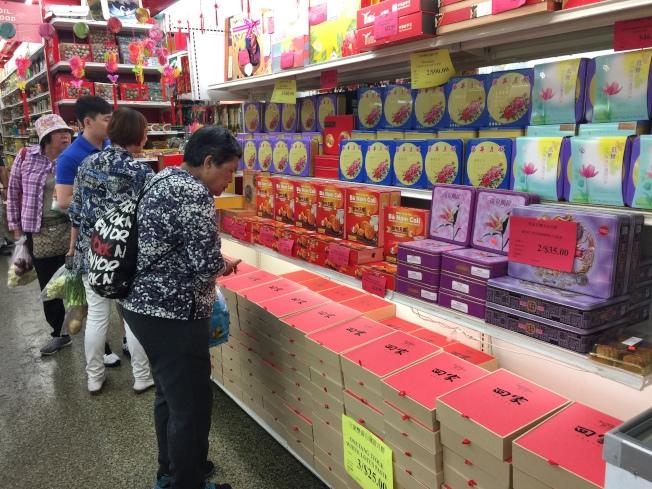 有許多賣場在中秋節當天就推出許多折扣價,避免節日結束後的囤貨情形。(記者顏嘉瑩/攝影)