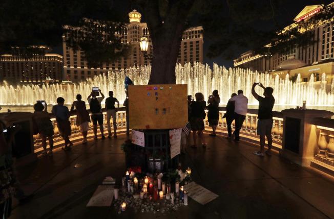 在槍擊案發生後,賭城迅速恢復活力。圖為百樂宮(Bellagio)賭場前的噴泉重新開放。(美聯社)
