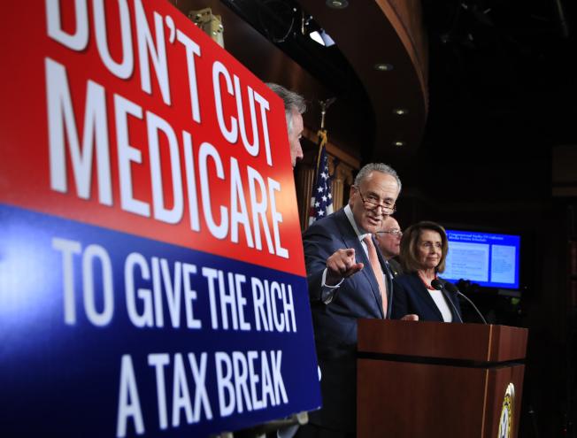參院民主黨領袖4日呼籲川普政府在推動減稅計畫時,勿削減健保福利。(美聯社)