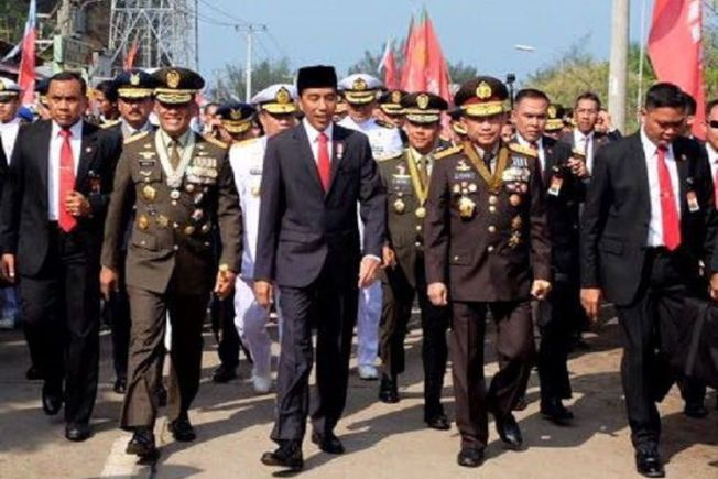印尼總統佐科威座車塞在車陣中,佐科威只好步行3公里參加建軍閱兵典禮。 圖擷自Kompas
