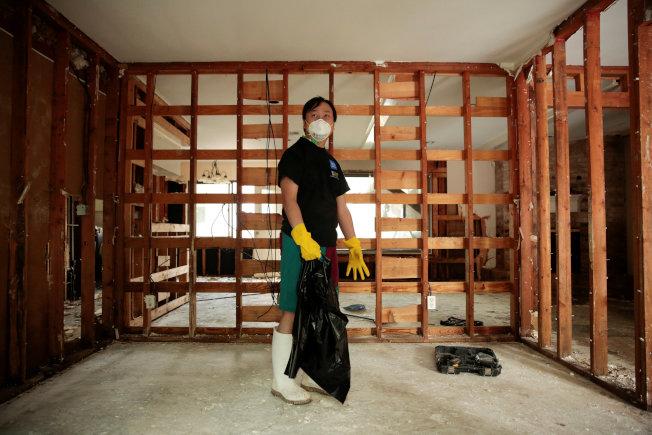 由於水泡得時間長,牆壁夾板必須全部拆掉。(路透)