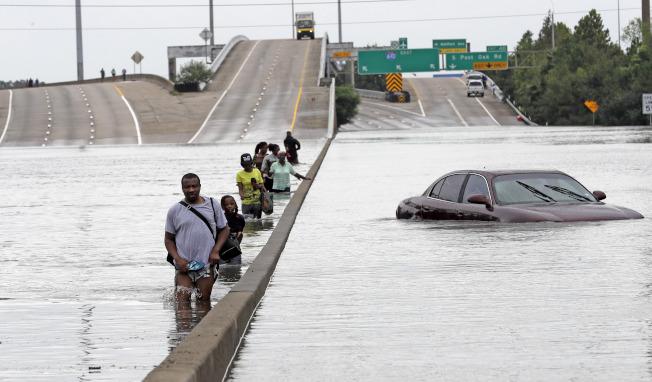 哈維颶風帶來的洪水,大半個休士頓淹沒。(美聯社)
