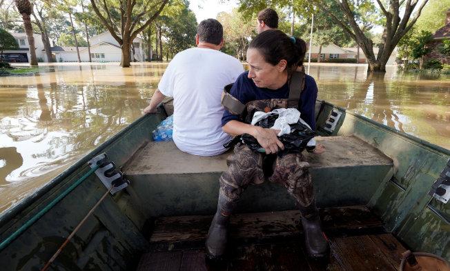 許多地方,只能靠小船救人。(路透)