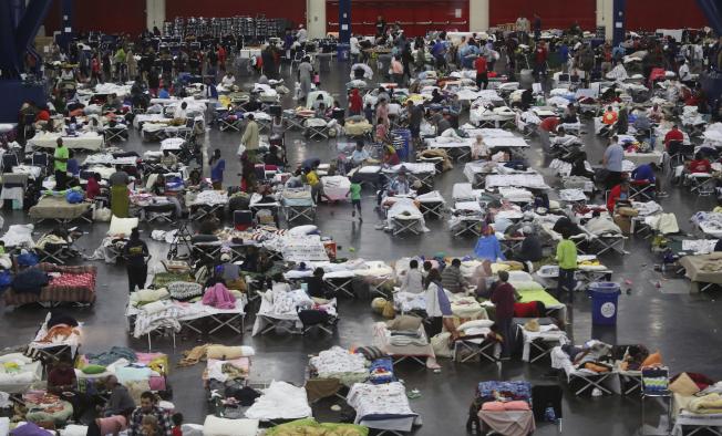 災民被安置在大型公共場所內。(美聯社)