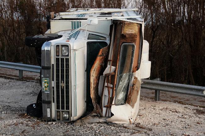 汽車被厄瑪颶風掀翻在地。(路透)