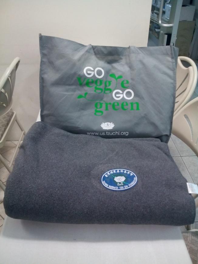 慈濟向休士頓災民捐贈的毛毯。(韓傑/攝影)