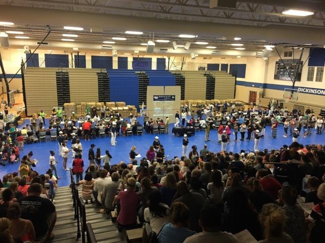慈濟發放最多的一天在一個中學體育場舉行。(余采秋/提供)