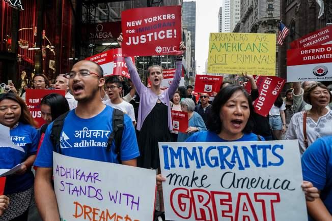 受年輕無證移民緩遣計畫保護的夢想生,約3萬6000名因未辦理延期,將可能喪失保護。圖為支持夢想生的民眾5日在曼哈頓川普大樓前示威。(Getty Images)
