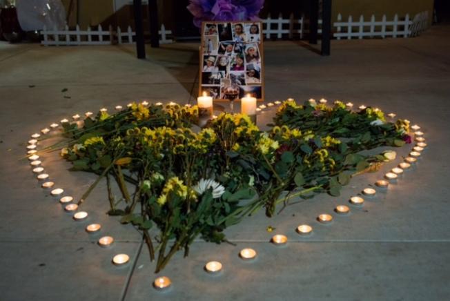 友人4日晚在Angela劉生前住處前擺上紅酒、雛菊、蠟燭和照片,表達對往生者的追思。(友人提供)