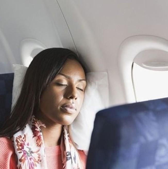 在飛機上離通道愈遠愈容易入睡,所以最好選窗邊座位。(Getty Images)